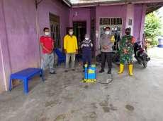 Cegah Covid-19, Polsek Bangko Pusako Gelar Penyemprotan Cairan Disenfektan di Rumah Pasien Covid-19