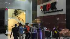 Ditahan KPK, Azis Syamsuddin Pakai Rompi Oranye dan Tangan Diborgol